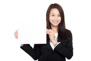 紙を見せる女性